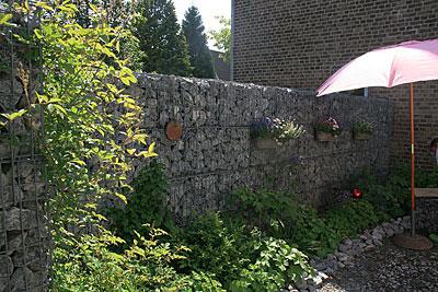 Gabionen-Mauer als Sicht- und Lärmschutz